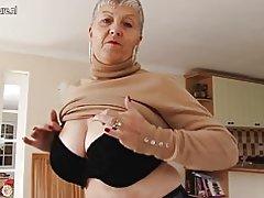 Abuela tetona con coño viejo hambriento